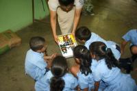 Parataxónomos de ACG bioalfabetizando a niños de la Escuela Guadalupe de Liberia
